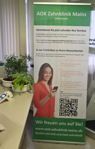Mit Roll-ups lassen sich Online-Terminvereinbarungen gut bewerben (Bild: AOK Zahnklinik Mainz)